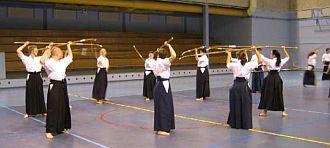 Eine Gruppe von Naginataka beim Training